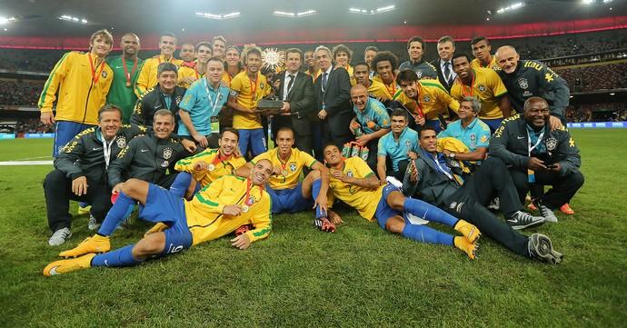 Dunga e equipe comemoram o Superclássico das Américas. (Foto: Heuler Andrey -Mowa Press)