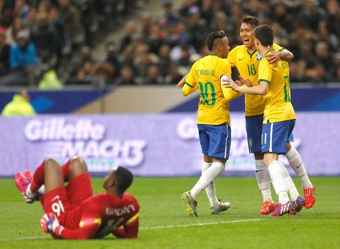 Oscar, Willian e Neymar comemoram o gol de empate da Seleção Brasileira (foto: Bruno Domingos  Mowa Press).