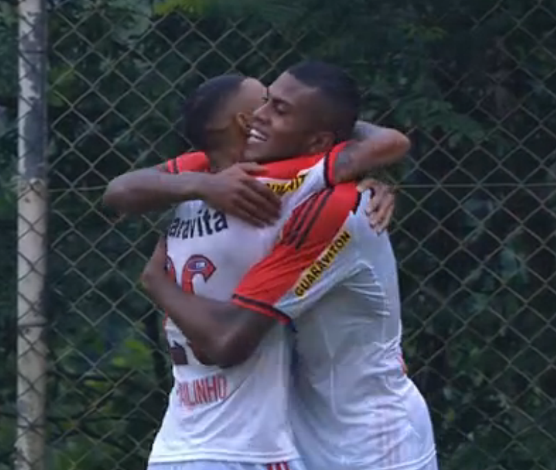 Cirino comemora com Paulinho seu segundo gol na partida