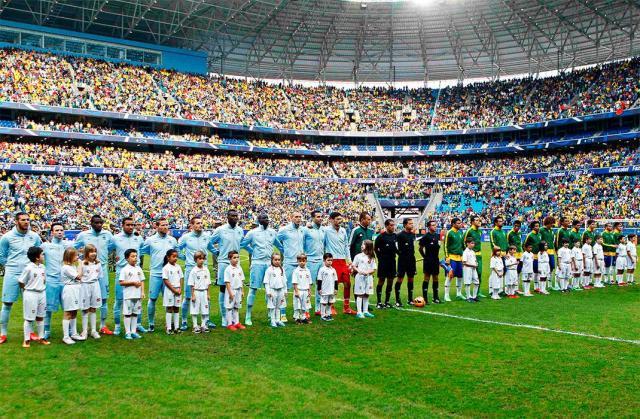 Jogadores alinhados para o amistoso jogado na Arena Grêmio, em junho de 2013: Brasil 3 x 0 França. (Foto: Agência Reuters)