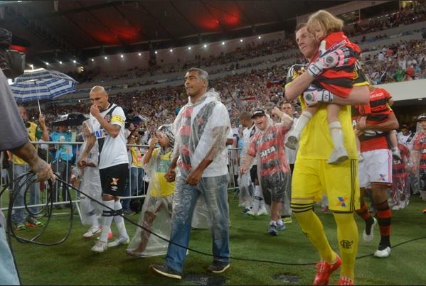Romário foi homenageado ontem, em função do Dia Internacional do Síndrome de Down (Foto: Fim de jogo)