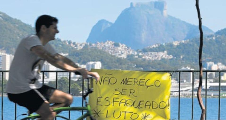 Uma das muitas homenagens prestadas a Jaime Gold hoje na Lagoa(Foto: Márcia Foletto)