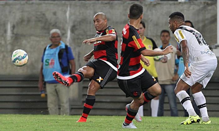 Observado por Jhon Cley, Pico chuta a bola (Foto:Jorge William / Agência O Globo)