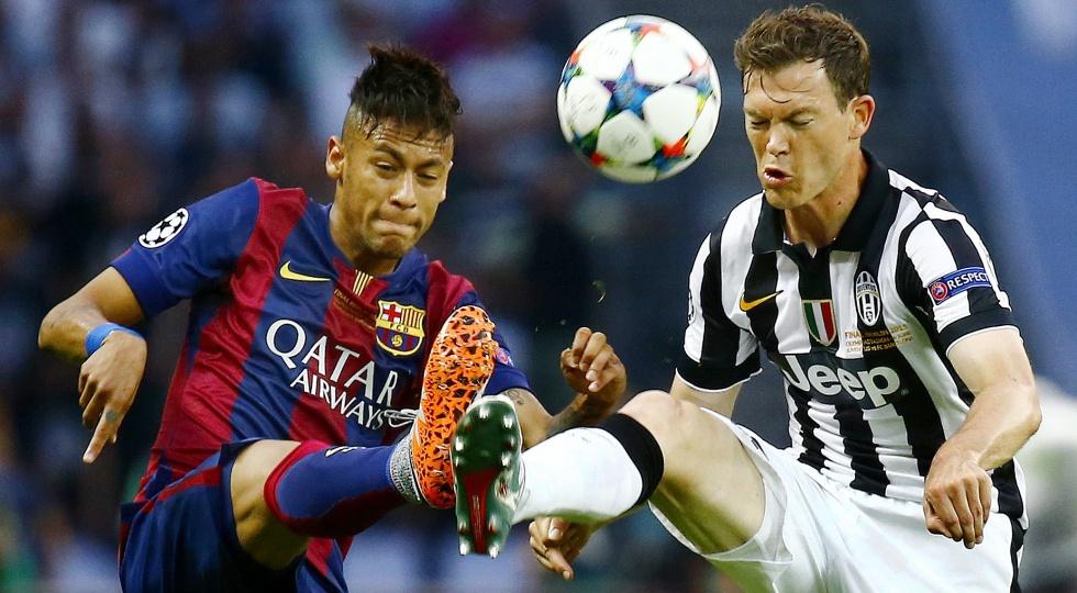Neymar disputa bola com Lichtsteiner (Foto: Kai Pfaffenbach/Reuters)