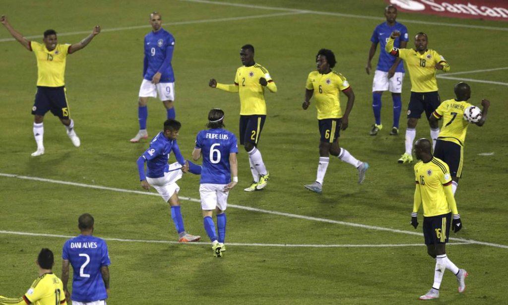 Neymar chuta a bola em Armero e começa a confusão (foto: Ueslei Marcelino/Reuters)