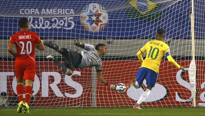 Neymar cabeceia para marcar o primeiro gol brasileiro contra o Peru (Foto: Reuters).