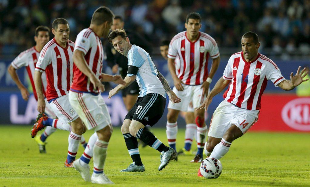 Messi cercado de adversários,  contra o Paraguay, na partida semifinal (Foto: EPA/Juan Carlos Cardenas)