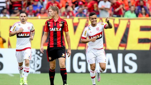 Éverton comemora o gol da vitória (Foto: Aldo Carneiro/Pernambuco Press)