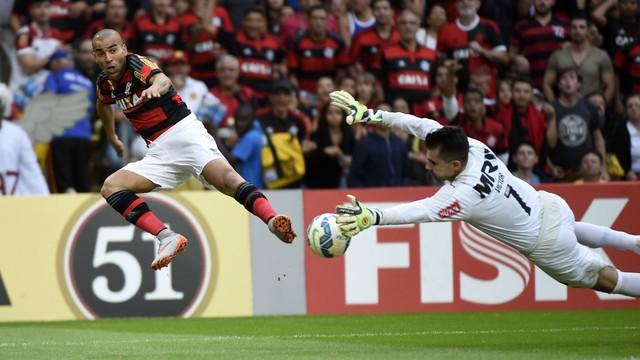 Emerson tenta o gol contra o Atlético no primeiro turno (foto: André Durão)
