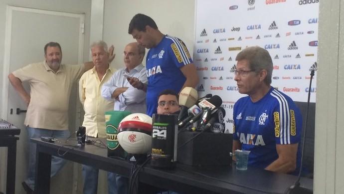 Oswaldo de Oliveira em entrevista coletiva. Ao fundo, de dirigentes do clube (Foto: Ivan Raupp)