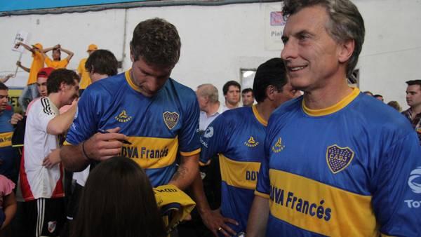 O presidente Mauricio Macri (dir.) ao lado do ex-jogador Martín Palermo (esq.)