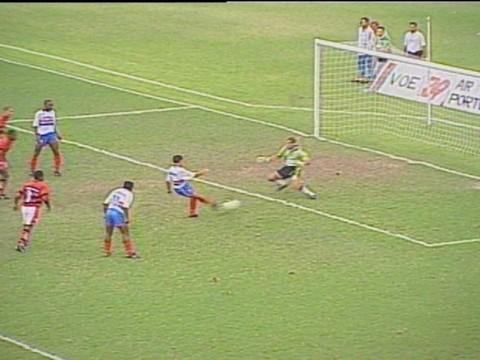 Edmundo marca o gol da vitória do Bahia.