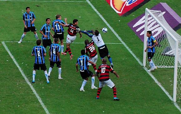 Final do Brasileirão de 2009: jogo duro, decidido com gol de Angelim.
