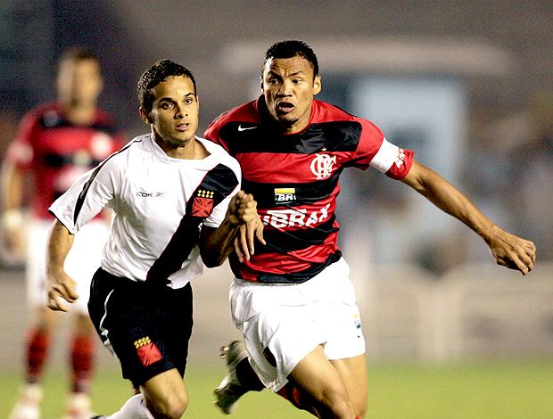 Morais e Jônatas disputam a bola em um clássico entre Vasco e Flamengo. (Foto: Reuters)
