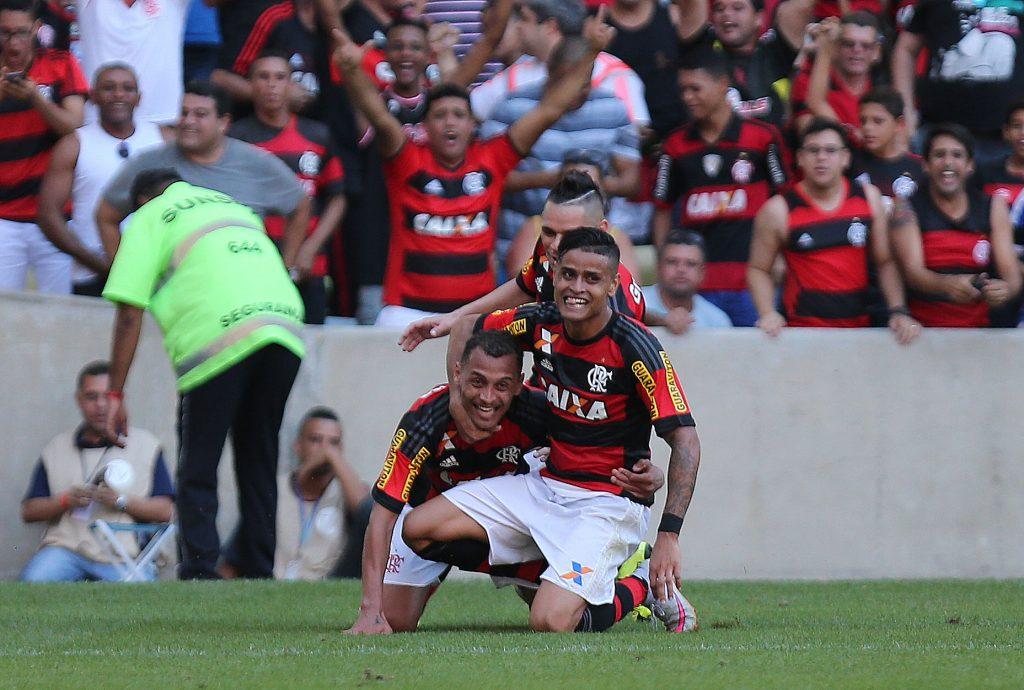 Éverton comemora um de seus gols com a camisa Rubro-Negra. (Foto: Staff Images)