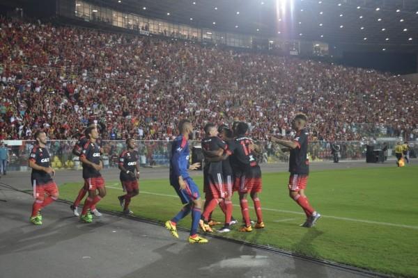 Casa cheia para Flamengo e América-MG, no Estádio Kleber Andrade (Foto: Ricardo Medeiros e Fernando Madeira)