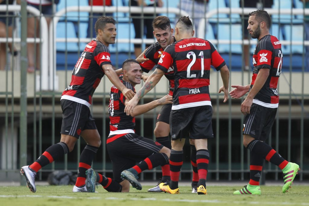 Thiago, cercado de companheiros, comemora seu gol contra o Bangu (Foto: Gilvan de Souza / Flamengo)