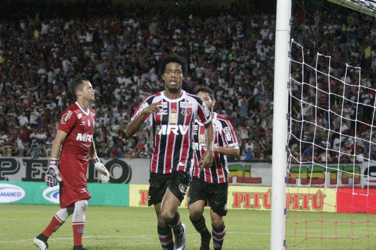 Keno marcou o primeiro gol do Santa Cruz. Foto: Bobby Fabisak/JC Imagem