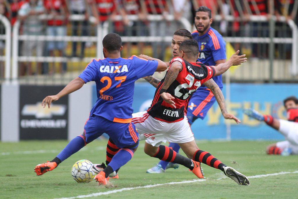 Everton toca na bola para marcar, após cruzamento de Arão, ao fundo (Foto: Gilvan de Souza / Flamengo).