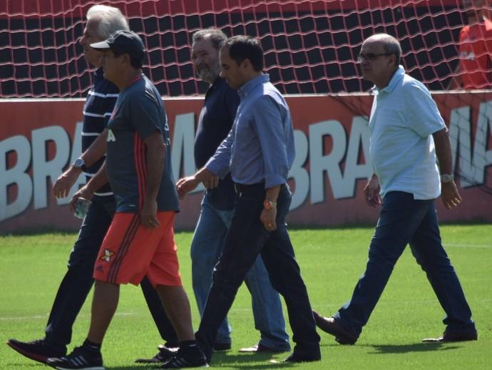 Godinho, Muricy, Fred Luz, Rodrigo Caetano e, logo atrás, o presidente Bandeira de Mello.