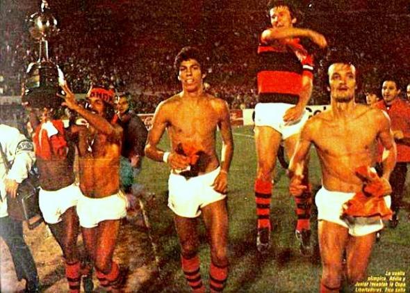 Junior, Mozer, Zico e Leandro comemorando a conquista da Libertadores em 1981 (Foto: El Grafico).
