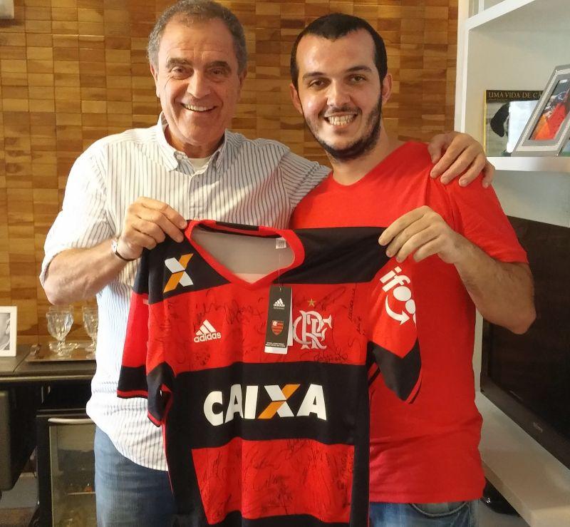 Raphael Moraes recebendo seu cobiçado, e merecido, prêmio.