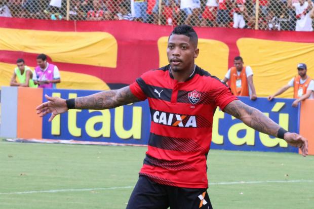 Marinho comemora o 1º gol do Vitória sobre o Atlético-PR (Foto: Francisco Galvão/EC Vitória)